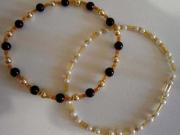 Braccialetti con perle nere, bianche e oro
