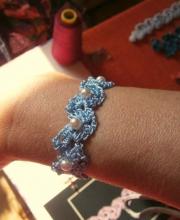 Braccialetto azzurro indossato