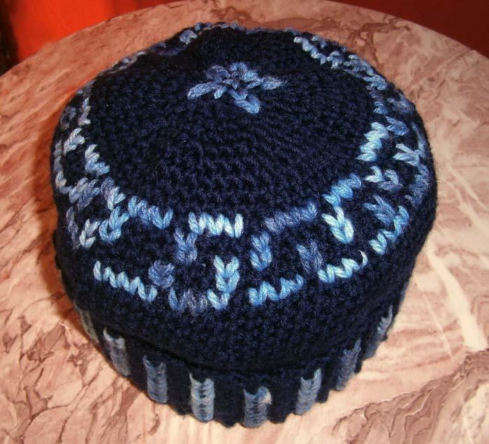 Cappello blu ricamato a punto maglia