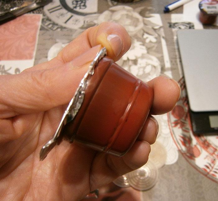 Chiudere la capsula con l'alluminio