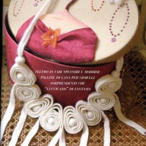 Collana di feltro bianca con pendenti