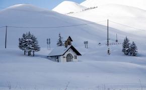 La cappella sprofondata nella neve