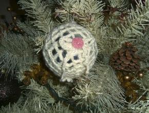 La pallina bianca sull'albero di Natale