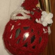 Pallina natalizia con traforo all'uncinetto