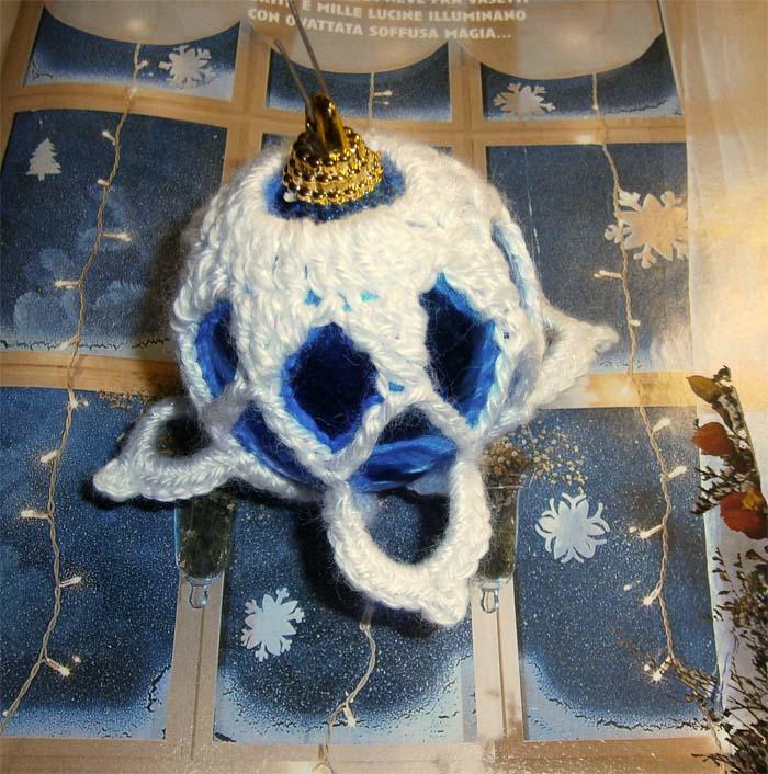 Pallina blu lana bianca lamè a uncinetto