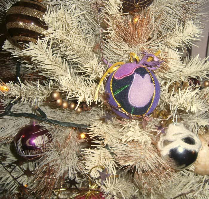 La pallina di feltro sull'albero