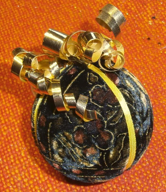 Pallina di velluto decorato