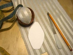 Coprire la sezione di pallina con la stoffa ritagliata