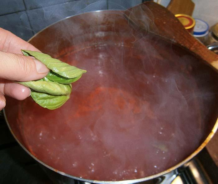 Infine aggiungere il basilico nel sugo