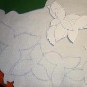 Disegnare le sagome dei petali sul feltro