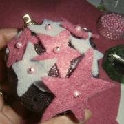 Pallina con stelle di feltro in costruzione