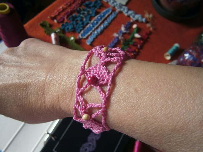 Braccialetto rosa indossato