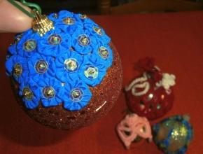 La pallina ricoperta di dischetti di stoffa