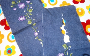 fiori ricamati su jeans