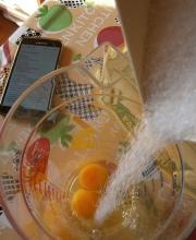 montare lo zucchero con le uova intere