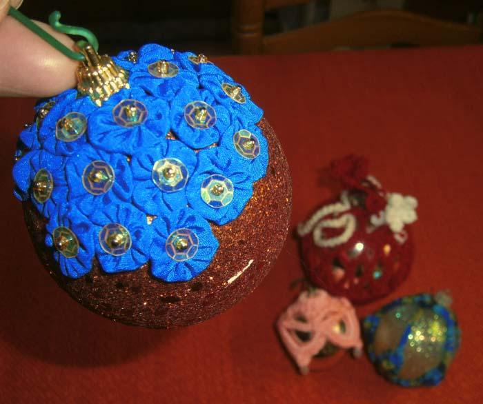 Pallina natalizia con dischetti di stoffa
