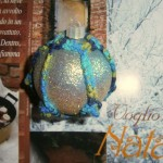 Pallina azzurra glitterata e uncinetto