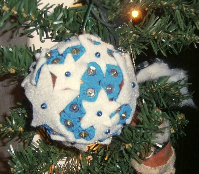 Pallina natalizia realizzata con tecnica mista