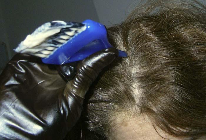 dividere i capelli con la punta del manico